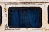 Eski bir otobüsün paslı penceresi — Stok fotoğraf