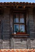 Fragment van oude houten huis — Stockfoto