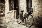 Bicycle in cobble street — Stok fotoğraf