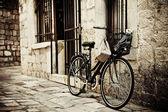 Fahrrad in kopfsteinpflaster-straße — Stockfoto