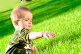 Baby on grass — Stockfoto
