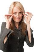 Mujer joven poner gafas — Foto de Stock