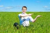 Homem sentado no campo — Fotografia Stock