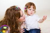 Jugando con la hija de madre — Foto de Stock