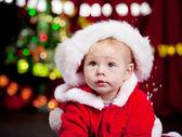 Baby im großen weihnachtsmütze — Stockfoto