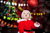 Dziecko patrząc na boże narodzenie ball — Zdjęcie stockowe