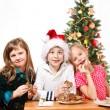 děti jedí sušenky — Stock fotografie