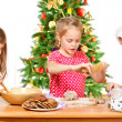 Kids  making Christmas cookies — Stockfoto