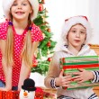 Children with Christmas presents — ストック写真