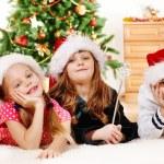 孩子们在圣诞老人的帽子 — 图库照片
