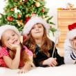 enfants en chapeaux santa — Photo