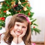 enfant devant un arbre de Noël — Photo