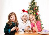 Kids eating cookies — Stock Photo