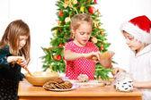 Barnen gör pepparkakor — Stockfoto