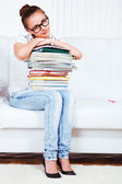 Uniwersytet student siedzieć na kanapie — Zdjęcie stockowe