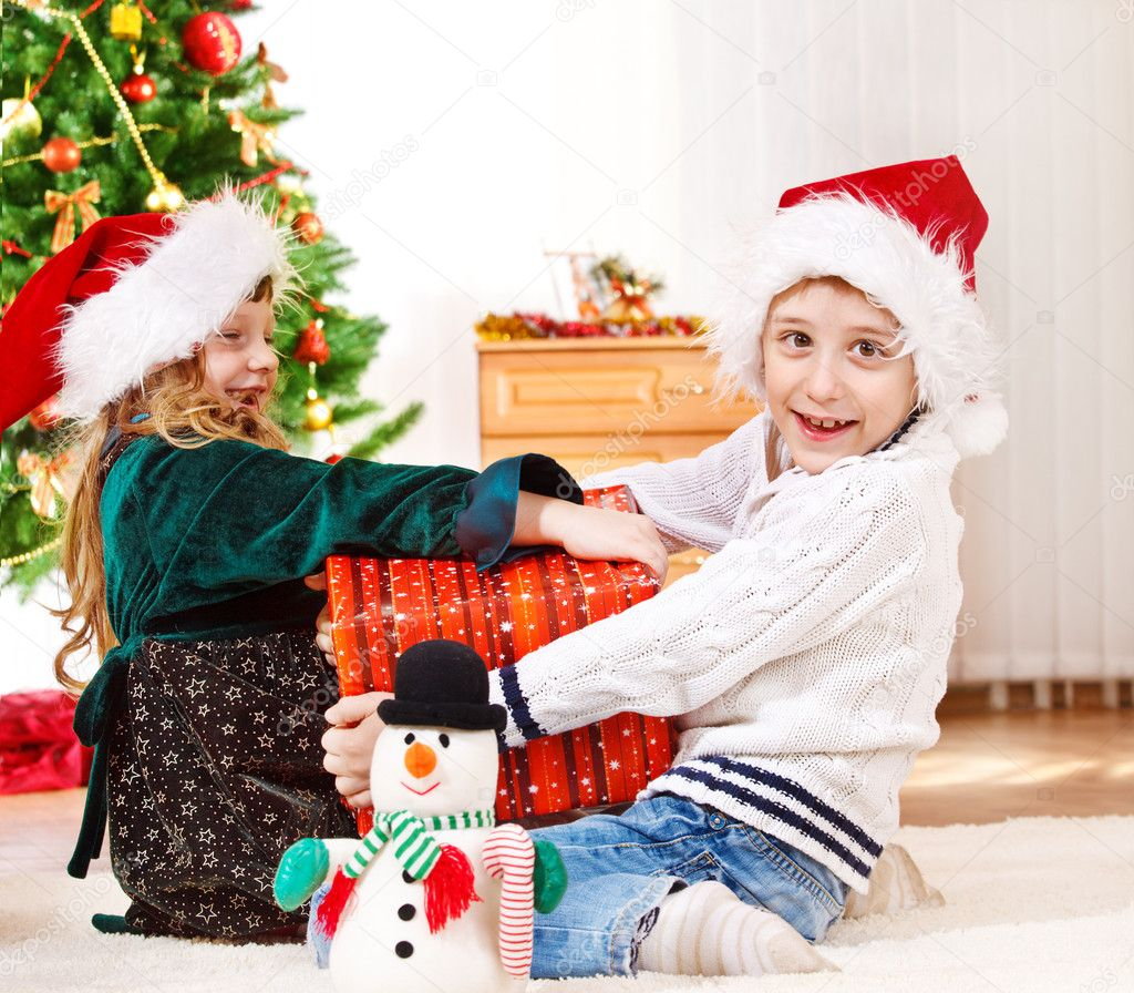 Girl and boy fighting for present — Stockfoto #8686640