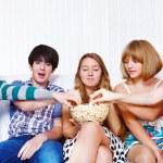 Teenageři jíst popcorn — Stock fotografie