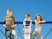 Freunde klettern im netz — Stockfoto