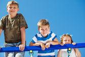 3 人の子供を登る — ストック写真