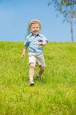 Joyful kid running — Stockfoto
