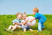 Niños pequeños enojados — Foto de Stock