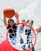 Teenagers playing basketball — Stockfoto
