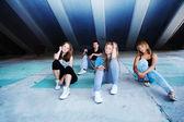 Adolescentes amigos sentados — Foto de Stock