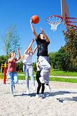 バスケット ボール遊んでいるティーネー ジャー — ストック写真