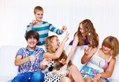 Teenagers playing with popcorn — Stock Photo