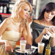 Foto Stock: Two women using smartphone