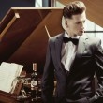 Elegant pianist — Stock Photo