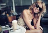 симпатичные блондинка красоты носить солнцезащитные очки — Стоковое фото