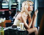 性感的女人在一家餐厅 — 图库照片