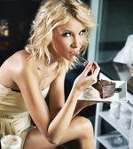 Blonde beauty on a lunch break — Stock Photo