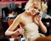 идеальный белокурая красавица, вызов кого-то на обеденный перерыв — Стоковое фото