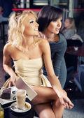 Due donne sexy in un caffè — Foto Stock