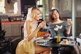 Two women at a cafe — Foto Stock