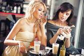 две женщины с помощью смартфона — Стоковое фото
