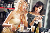 Duas mulheres usando um smartphone — Foto Stock