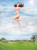 雲の中を実行しているかわいいブルネットの概念的な写真 — ストック写真