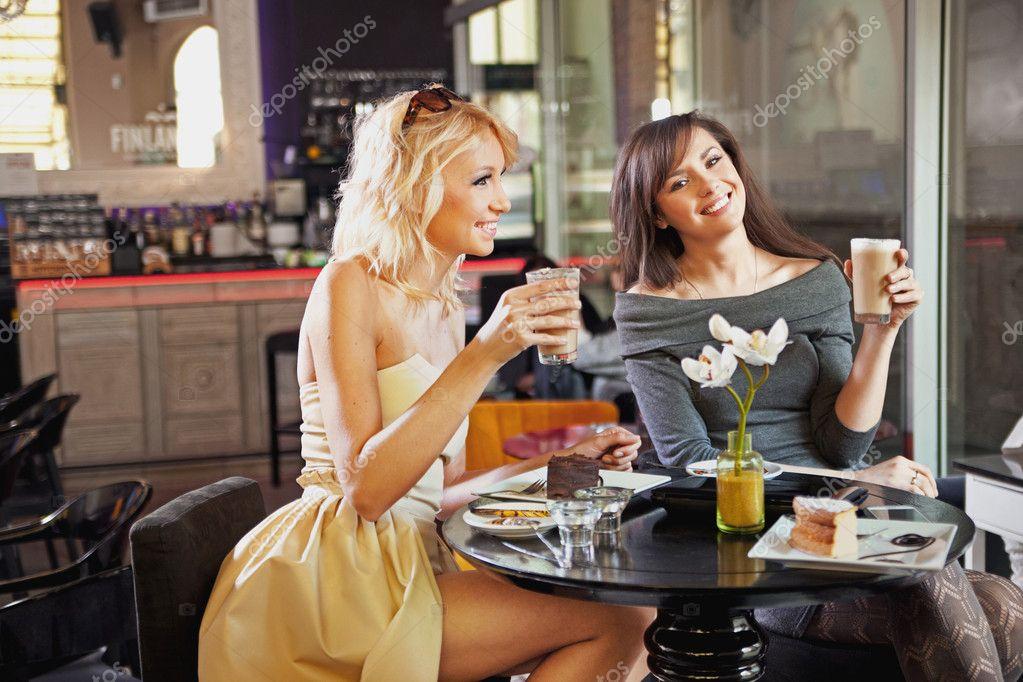 zwei frauen in einem caf stockfoto konradbak 10681666. Black Bedroom Furniture Sets. Home Design Ideas