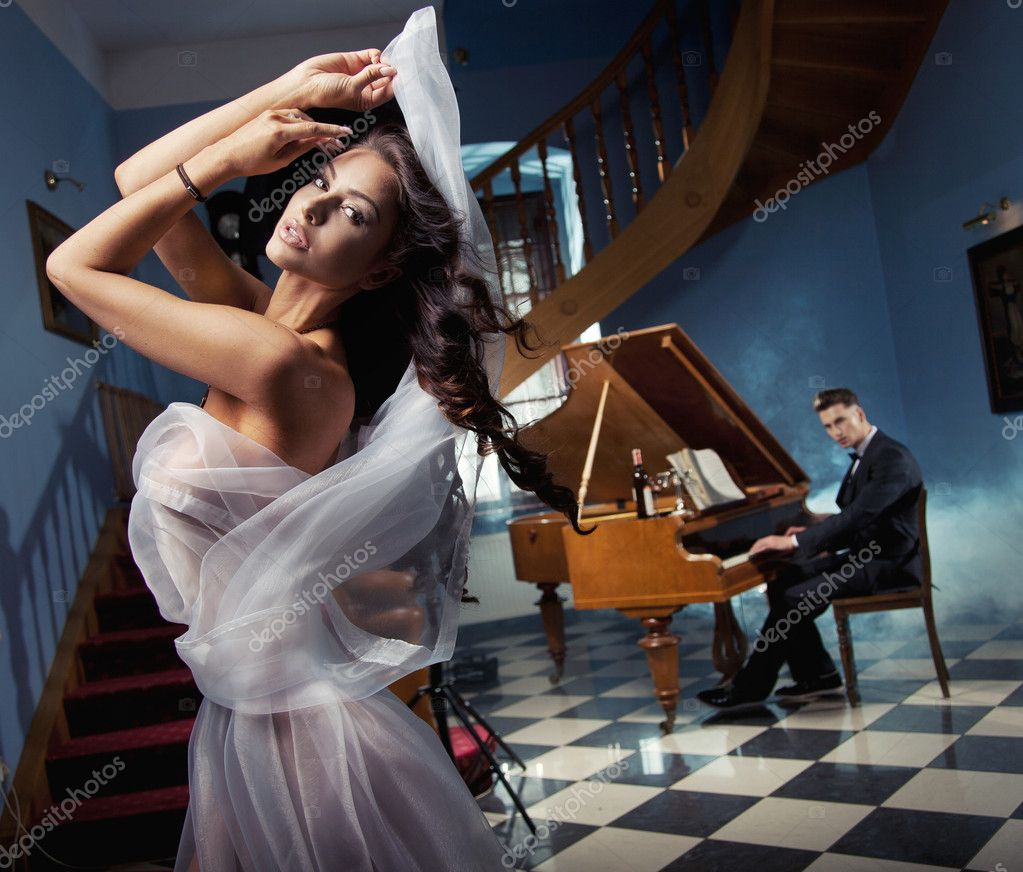 Sexy woman dancing to the piano music — Stock Photo #10682839