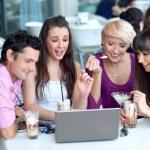 jonge surfen op internet in een restaurant — Stockfoto