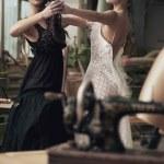 2 つのノスタルジックな女性ダンス — ストック写真