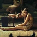 グランジ インテリアでポーズをとって金髪のモデル — ストック写真