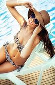 Sexy giovane signora alla piscina — Foto Stock