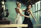 Två kvinnliga skönheter i en dansande pose — Stockfoto
