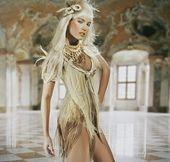 スタイリッシュなインテリアで立っている美しい若い女性 — ストック写真