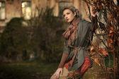 Un paisaje otoñal y belleza rubia — Foto de Stock