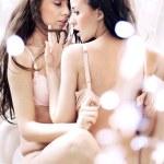 性感黑发女人拥抱的照片 — 图库照片